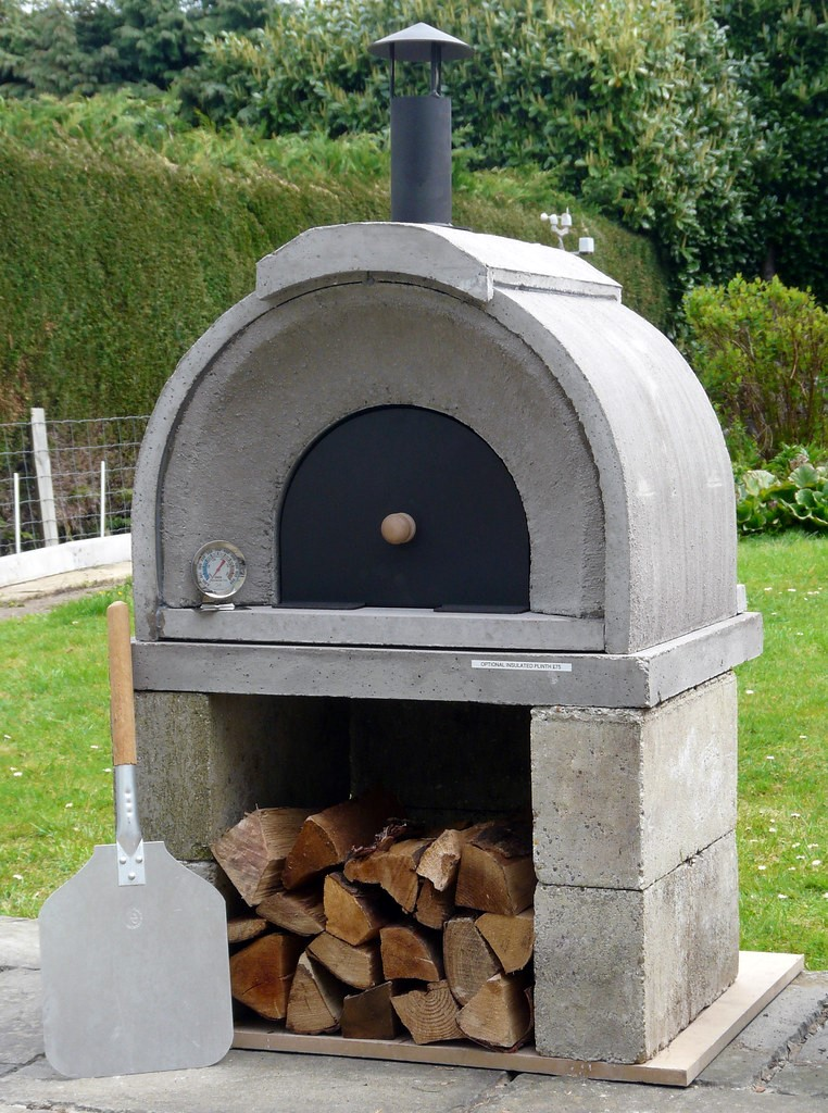 outdoor concrete pizza oven